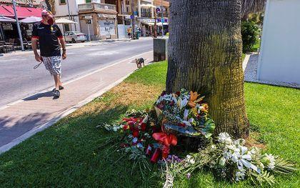 Bloemen voor het slachtoffer in Palma de Mallorca. beeld EPA, CATI CLADERA