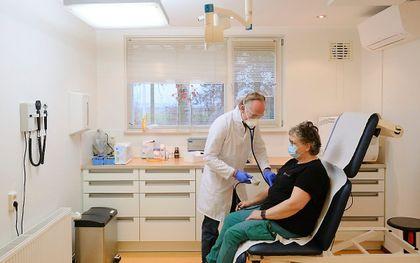 Een patiënt bij een huisarts. Een coronaprik halen tijdens een spreekuur gebeurt zelden. beeld Sjaak Verboom