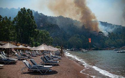 Bosbrand in de buurt van het strand bij Marmaris. beeld AFP, Yasin AKGUL