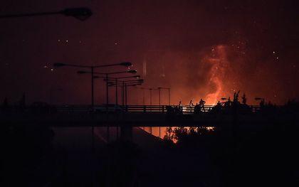 Een natuurbrand bij een snelweg in de buurt van Athene, Griekenland. beeld AFP, Louisa Gouliamaki