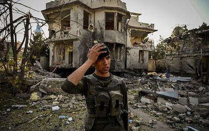 Een Afghaanse bewaker bij het vernietigde huis in Kabul. beeld AFP, Wahil Kohsar