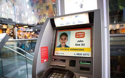 Een Amber Alert op een pinautomaat in Rotterdam. beeld ANP, Arie Kievit