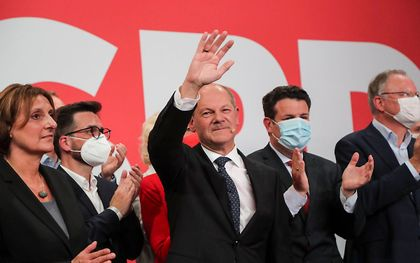 Scholz (midden) na zijn overwinning. beeld EPA, FOCKE STRANGMANN