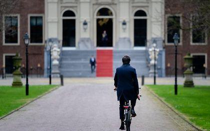 Premier Rutte op de fiets onderweg naar de koning, januari 2021. beeld ANP, Bart Maat
