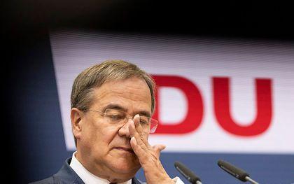 CDU-kanselierskandidaat Armin Laschet beantwoordt maandag van journalisten op het hoofdkantoor van de CDU in Berlijn. beeld EPA, Maja Hitij