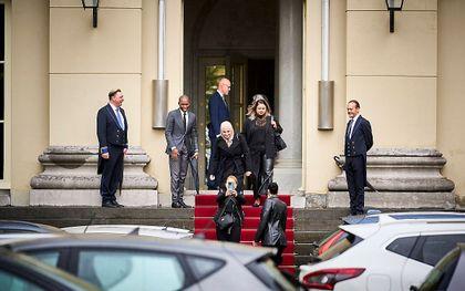 Gedupeerde ouders van de kinderopvangtoeslag verlaten Paleis Noordeinde na een gesprek met koning Willem-Alexander. De ouders hadden de koning per brief verzocht om een gesprek. beeld ANP, Phil Nijhuis