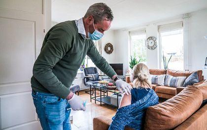 Een huisarts vaccineert een patiënt die niet zelf naar een vaccinatielocatie kan komen. beeld ANP, Siese Veenstra