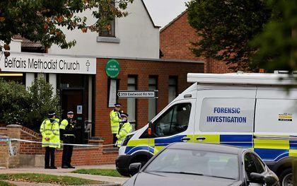 De kerk waar het Engelse parlementslid David Amess werd neergestoken in Leigh-on-Sea werd na de dodelijke aanslag afgeschermd door de politie. beeld AFP, Tolga Akmen