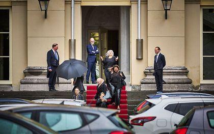 Gedupeerde ouders van de kinderopvangtoeslag verlaten Paleis Noordeinde na een gesprek met Koning Willem-Alexander. beeld ANP, Phil Nijhuis