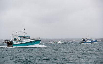 Franse visserboten keren terug van een protest voor de haven van het Britse Saint Helier om aandacht te vragen voor viswaterproblematiek na de brexit. beeld AFP, Sameer Al-Doumy