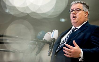 Voorzitter Hubert Bruls stond maandag in Utrecht de pers te woord nadat de burgemeesters van de 25 veiligheidsregio's de actuele coronacijfers hadden besproken en de effecten van de maatregelen die zijn genomen. beeld ANP, Koen van Weel