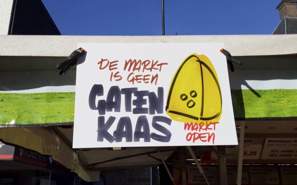 Een bord met protest tegen het verbod van non-foodartikelen. Op veel warenmarkten zijn verschillende standplaatsen momenteel leeg. beeld Ben Lensink