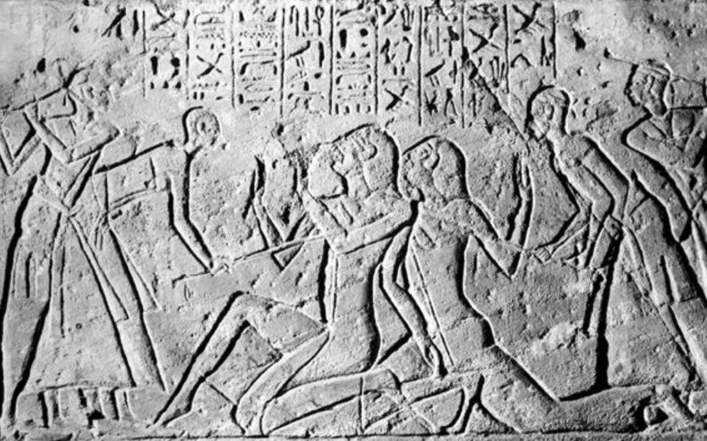 Farao Ramses II heeft zijn overwinning op twee Shasu-verkenners laten uitbeelden in steen. Het is opmerkelijk dat de gevangenen veel groter zijn dan de Egyptenaren die hen slaan. beeld Wikipedia