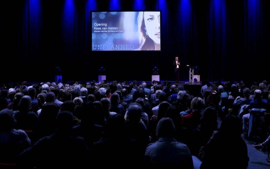 """Voorafgaand aan de première van """"Unplanned"""" spreekt Schreeuw om Levendirecteur Kees van Helden de zaal toe.beeld Klomp Creative"""