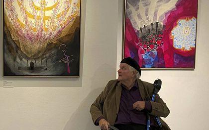 Otto de Bruijne bij twee van zijn schilderijen. beeld Marie Verheij