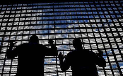 De eenzaamheid in de cel neemt toe door corona. Bezoekregelingen zijn ingeperkt. Blik in de Penitentiaire Inrichting Achterhoek in Zutphen.beeld ANP, Rob Voss