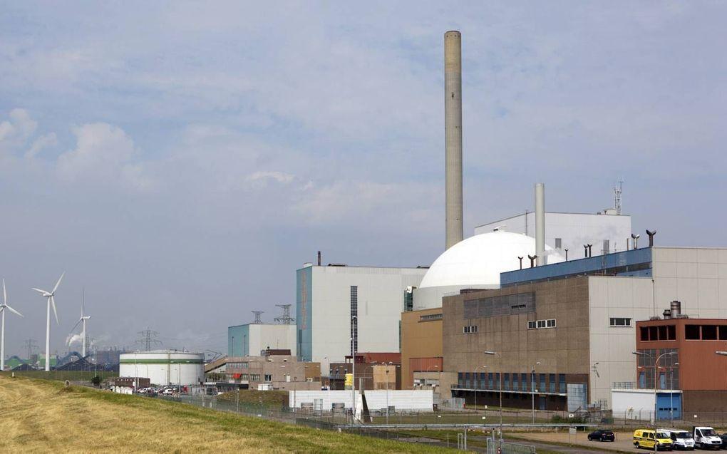 """""""Laten we enerzijds verstandig omgaan met wind- en zonne-energie en anderzijds het bouwen van extra kerncentrales niet nalaten."""" Foto: kerncentrale bij Borssele, met op de achtergrond windmolens. beeld ANP, Lex van Lieshout"""