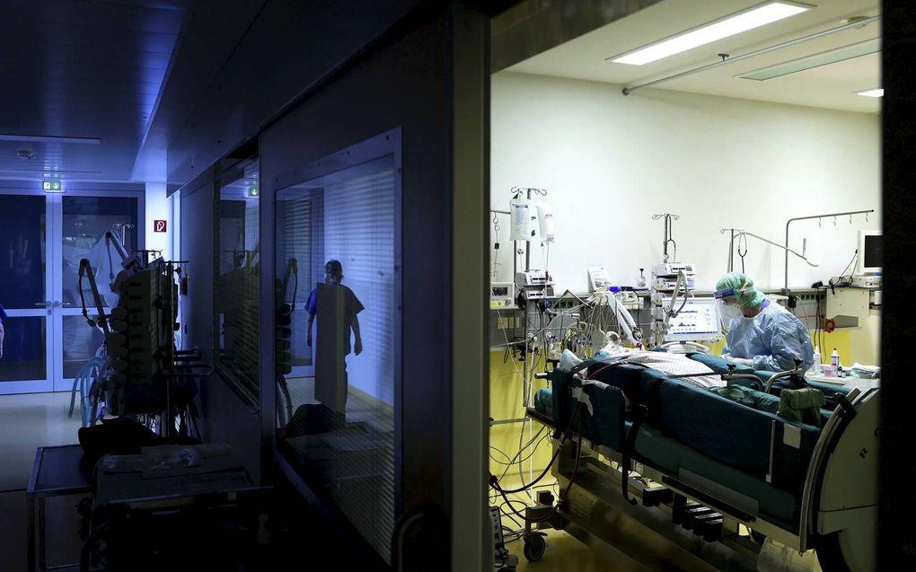 Een verpleegkundige zorgt voor een coronapatiënt in Maagdenburg, Duitsland. beeld AFP, Ronny Hartmann