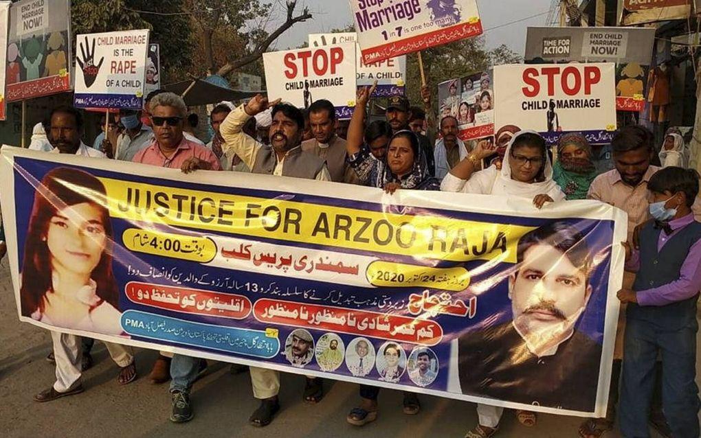 Christenen in Karachi protesteren tegen de ontvoering en uithuwelijking van de 13-jarige Arzoo Raja, links op het spandoek .beeld RD