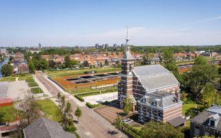 Kerkgebouw en voormalige pastorie van de gereformeerde gemeente te Leiderdorp. Op de achtergrond de tunnelbak van de A4 en links de Oude Rijn. beeld Cees van der Wal