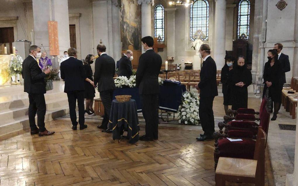 Familieleden rond de kist van hun overleden tante. Links onder anderen prinses Margarita en prins Carlos, rechts prinses Carolina en haar man.beeld Hans Jacobs