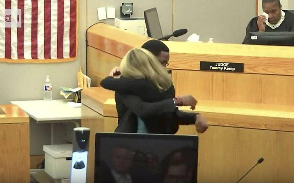 De 18-jarige Brandt Jean vergaf in de rechtszaal een jonge vrouw, die in paniek zijn broer had doodgeschoten.beeld screenshot CNN