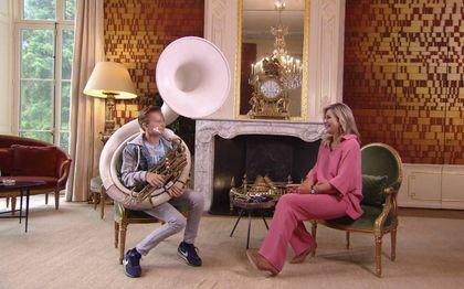 De 13-jarige Merlijn Vos liet zijn sousafoon zien en horen bij de koningin thuis op Paleis Huis ten Bosch.beeld via YouTube
