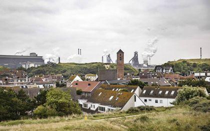 De hoogovens van Tata Steel veroorzaken luchtvervuiling in het IJmondgebied. Op de foto: de staalfabriek gezien vanuit Wijk aan Zee. beeld ANP, Ramon van Flymen