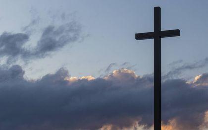 """""""Het wonder van het kruis is namelijk dat het enerzijds een definitief eindpunt markeert: de dood, en anderzijds een overgang, of beter: een doorgang.""""beeld Unsplash"""