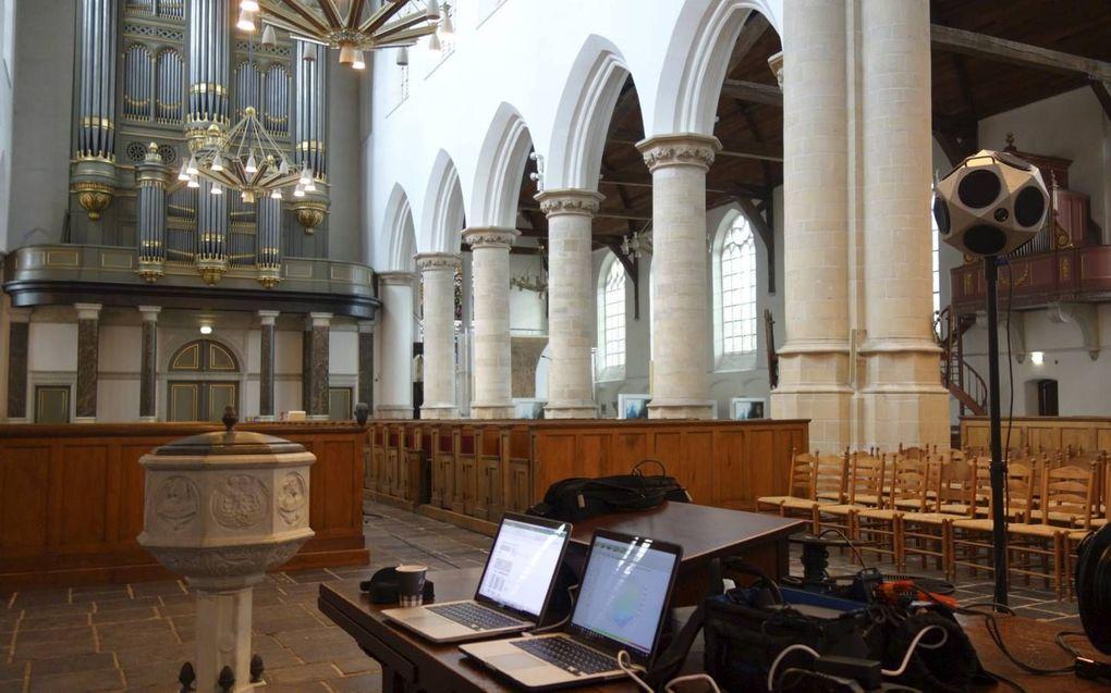Jan Bril deed ook geluidsmetingen in de Oude Kerk in Delft. Hij gebruikt daarbij verfijnde meetapparatuur.beeld Jan Bril