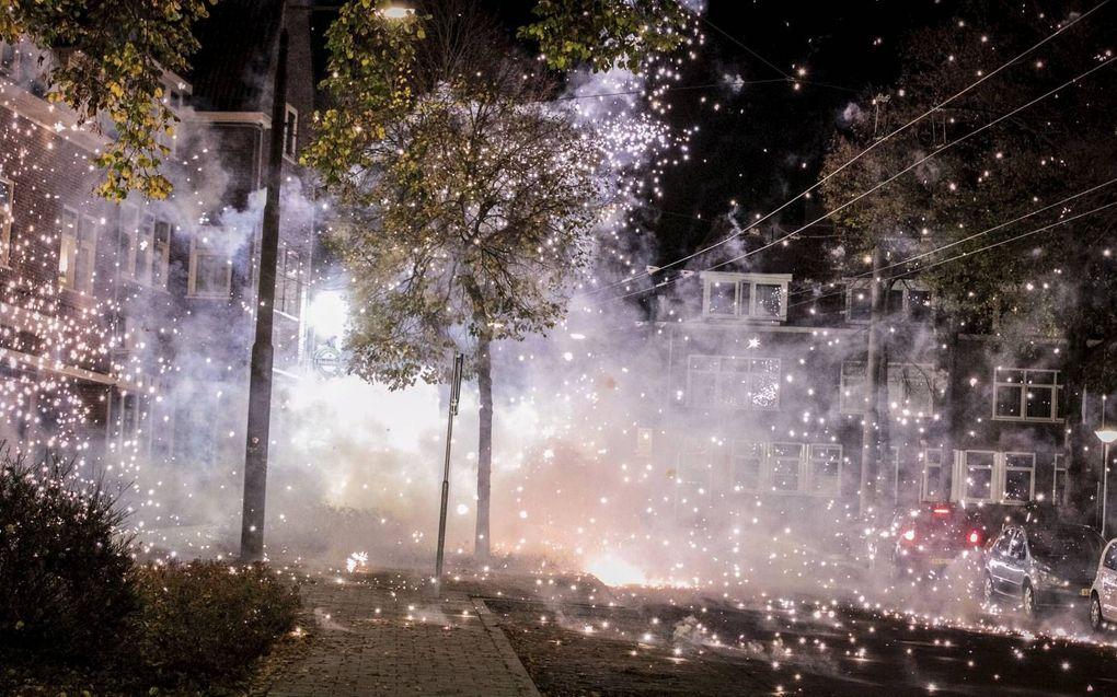 Groepen jongeren veroorzaakten in de Arnhemse wijk Geitenkamp overlast met onder meer vuurwerk, vernielingen en brandjes.beeld ANP, Roland Heitink
