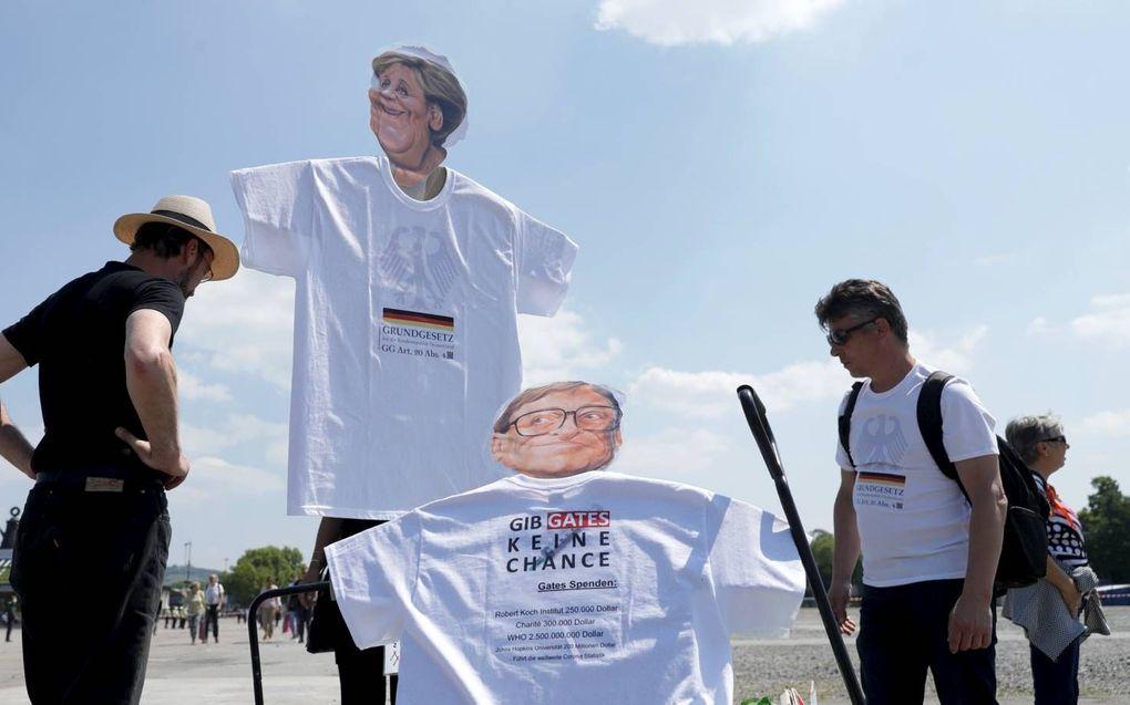 """""""Geef Gates geen kans"""", waarschuwen betogers in Duitsland tijdens een demonstratie tegen Gates en bondskanselier Merkel.beeld EPA, Ronald Wittek"""