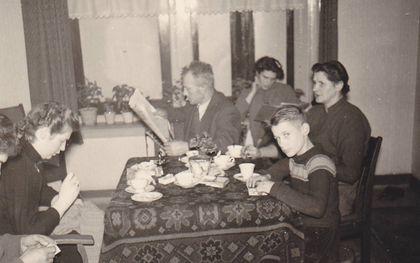 De krant aan tafel. beeld Bep van der Pol