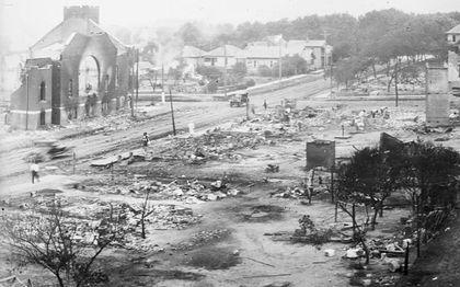 Greenwood, de zwarte voorstad van Tulsa, was na een bombardement door blanken een rokende puinhoop.beeld AFP, Library of Congress
