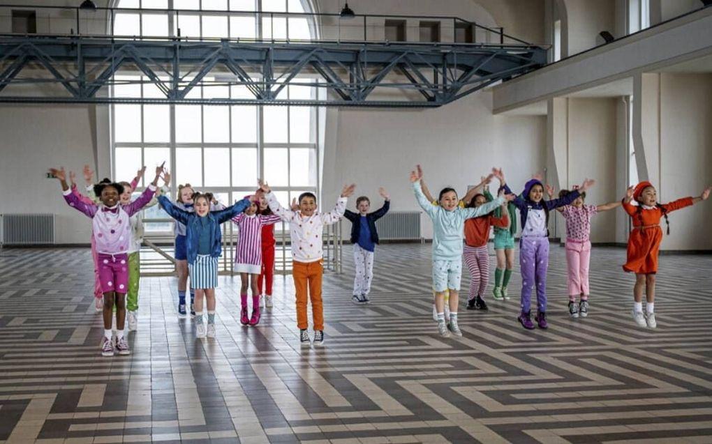 """Scholieren in Nederland zingen over een paar weken het Koningsspelenlied """"Zij aan zij"""" van kinderkoor Kinderen voor Kinderen. beeld BNNVARA"""