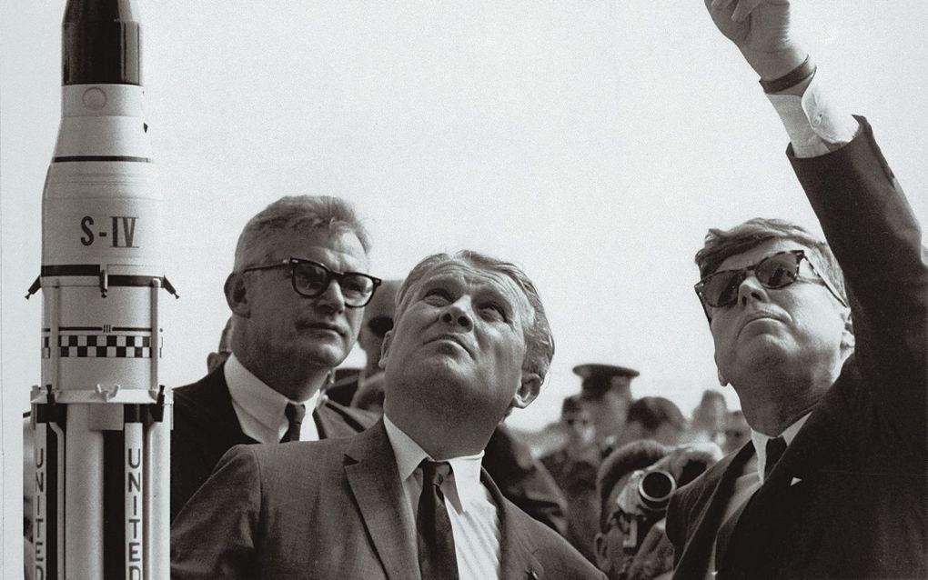 Raketingenieur Wernher von Braun (m) naast president John F. Kennedy. Onder leiding van de Duitser, die controversieel was vanwege zijn nazi-verleden, zetten de Verenigde Staten de eerste stappen in de ruimtevaart. beeld AFP