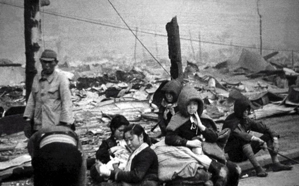 Inwoners van Tokio temidden van de puinhopen nadat de geallieerden op 10 maart 1945 een deel van de Japanse hoofdstad platbombardeerden.beeld Galerie Bilderwelt