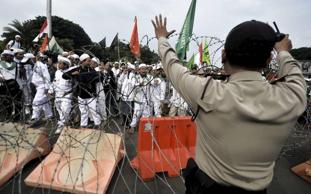 Honderden aanhangers van het Islamic Defenders Front (FPI) tijdens een demonstratie in 2016. De invloedrijke radicaalislamitische groep werd op 30 december verboden.beeld AFP, Bay Ismoyo