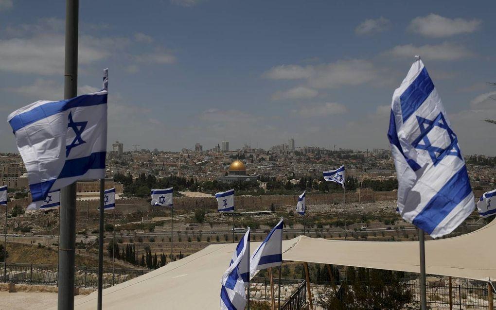 Israëlische vlaggen op de Joodse begraafplaats op de Olijfberg.beeld EPA, Atef Safadi