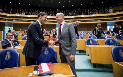 Premier Rutte en ChristenUnie-fractievoorzitter Segers konden elkaar in het pre-coronatijdperk nog letterlijk en figuurlijk de hand schudden. beeld ANP, Bart Maat