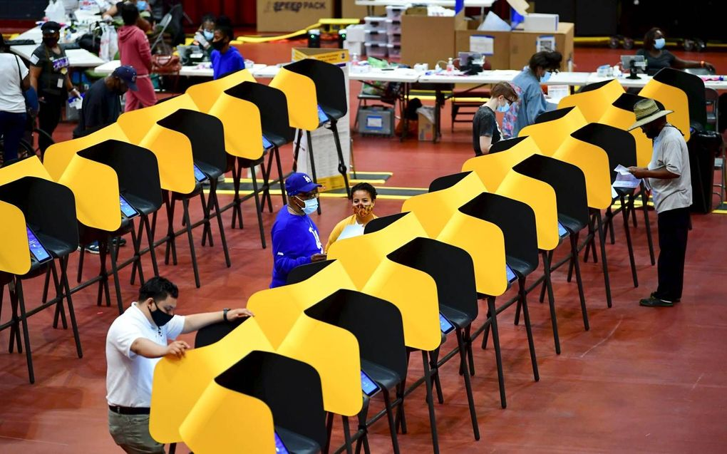 Kleurige stemhokjes in een stembureau in Los Angeles, Californië.beeld AFP, Frederic J. Brown