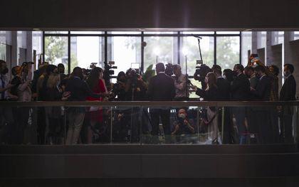 Senator Joe Machin staat buiten zijn kantoor de pers te woord over de wet rond de infrastructuur en klimaat, eerder dezer maand.beeld AFP, Kevin Dietsch