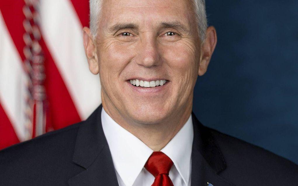 """De scheidende Amerikaanse vicepresident Mike Pence neemt dagelijks tijd voor Bijbelstudie en gebed. """"Zonder dat kan ik niet werken.""""beeld White House, D. Myles Cullen"""