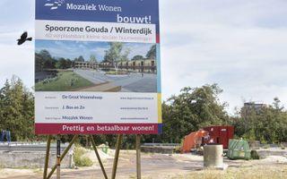 Bouwbord aan de Winterdijk in Gouda, waar dit jaar zestig flexwoningen worden gebouwd. beeld RD, Anton Dommerholt