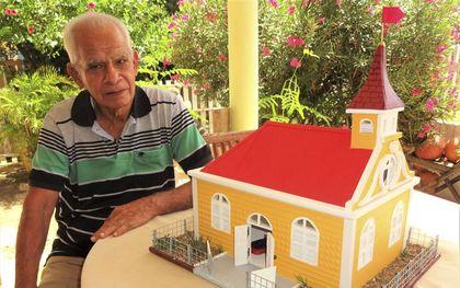 Walter Coffie kreeg op zijn verjaardag van zijn vier dochters een maquette van 'zijn' kerk in Rincon.beeld Marius Bremmer