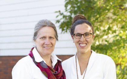 Marguerite (l.) en Elisabeth de Jonge uit Ontario. Na een zwangerschap van 23 weken en 5 dagen beviel Marguerite in 1994 van haar dochter.beeld familie De Jonge