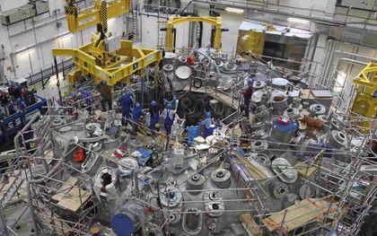 De Wendelstein 7-X is een Duits project dat moet leiden tot een werkende kernfusiecentrale.beeld Wikimedia, Max-Planck-Institut für Plasmaphysik, Tino Schulz