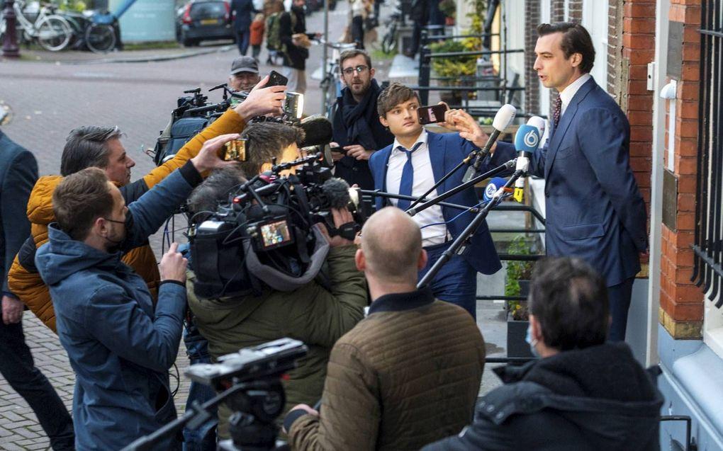 Thierry Baudet (r.) sprak recent bij het partijkantoor van FVD in Amsterdam met de pers over de chaos in de partij.beeld ANP, Evert Elzinga