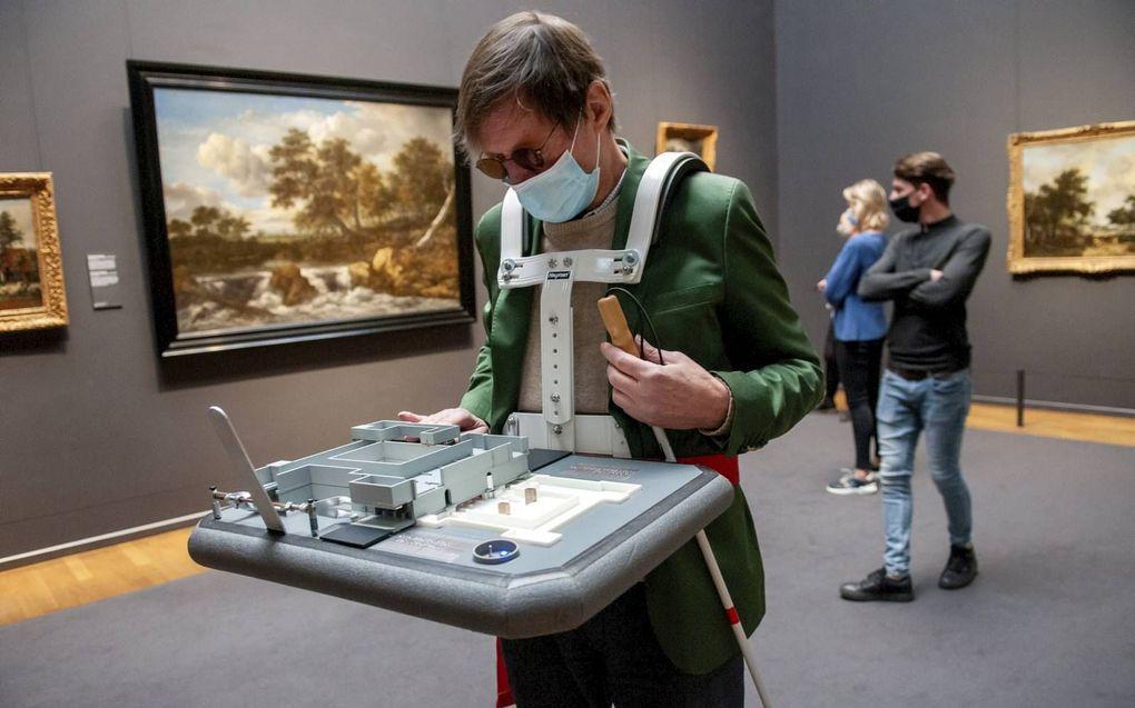 Hannes Wallrafen testte vrijdag in het Rijksmuseum in Amsterdam een prototype van een maquette.beeld Ronald Bakker