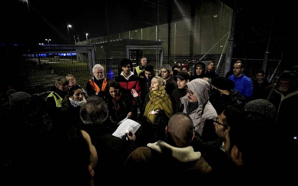 Een wake bij Kamp Zeist vanwege de dreigende uitzetting van een Iraans christelijk gezin. De uitzettting ging uitendelijk niet door. beeld Jeroen Jumelet